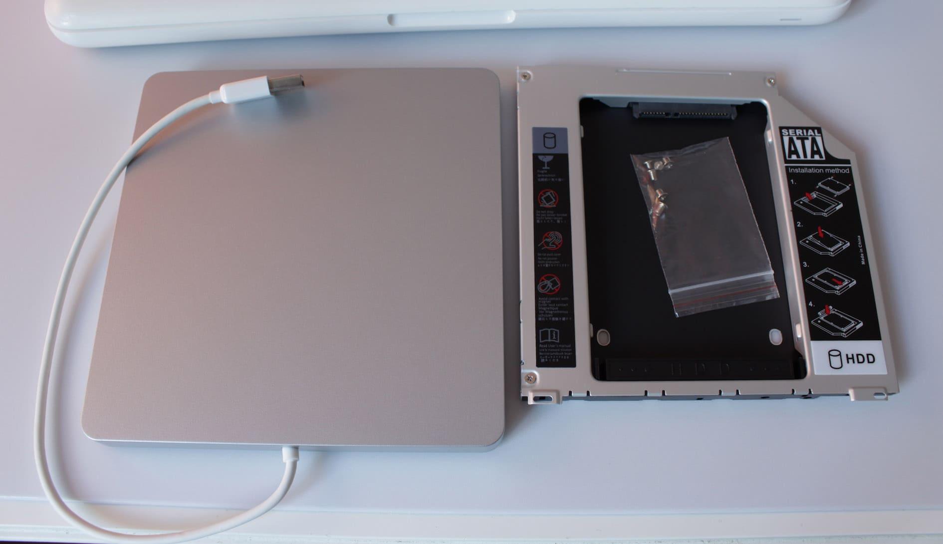 Leeres DVD Laufwerk und Festplattengehäuse