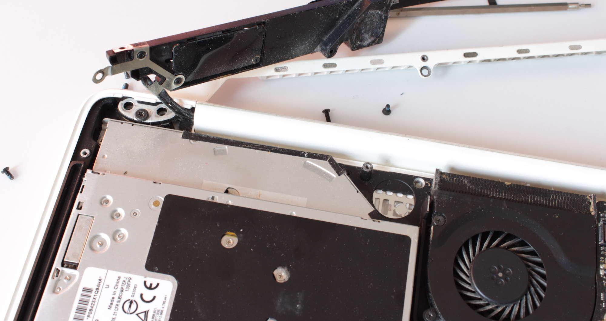 Offenes Macbook, Lautsprecher entfernt
