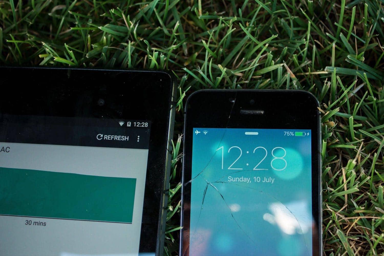 Das Solarpanel lädt sowie das Tablet als auch das iPhone problemlos gleichzeitig.