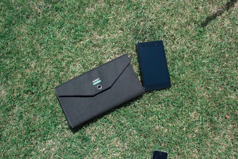 Hier das Aukey Solarladegerät in zusammengefaltetem Zustand mit einem Nexus 7 2013 daneben.