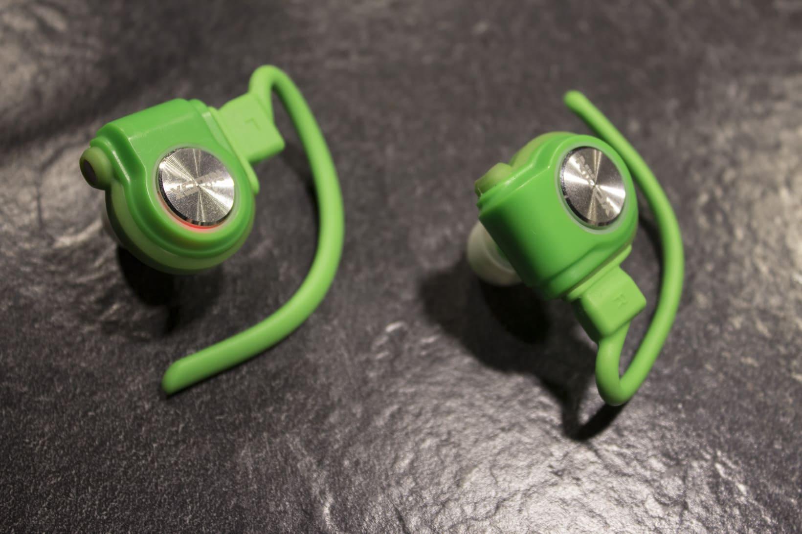 Da die Kopfhörer kabellos verbunden sind, braucht jeder Kopfhörer einen eigenen Akku und Einschaltknopf