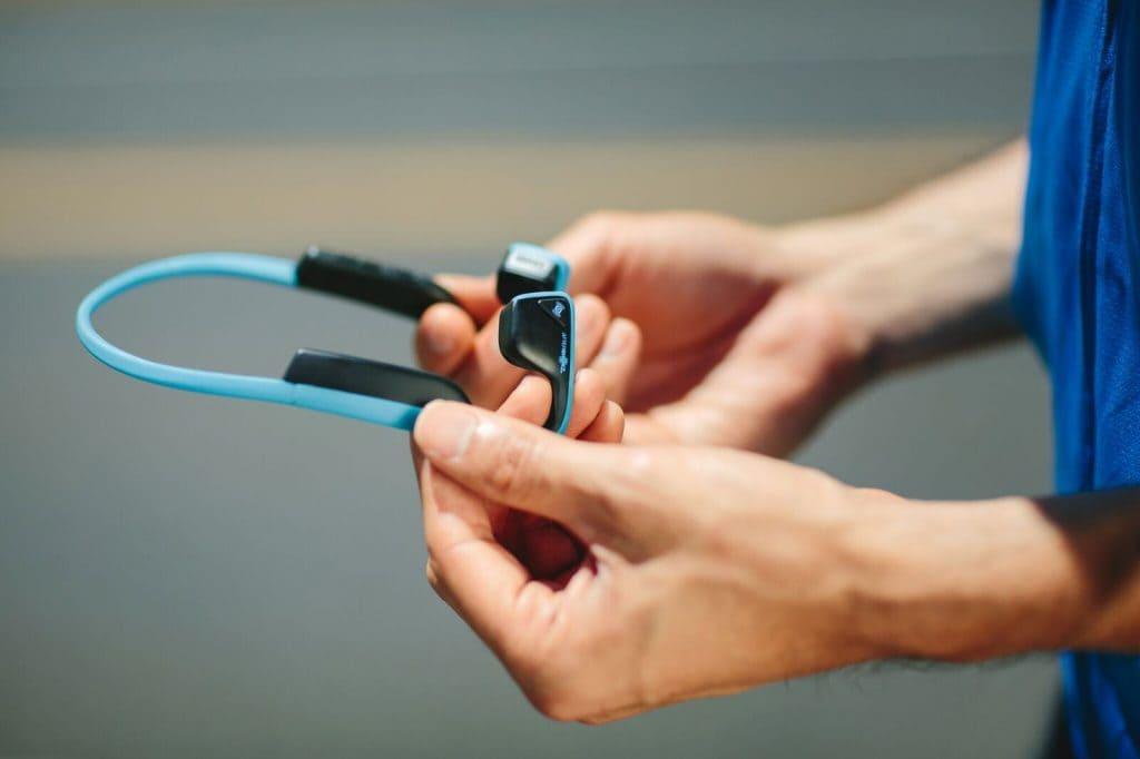 Den Ton übertragen die Trekz Titanium über Vibrationen direkt vom Wangenknochen ins Ohr